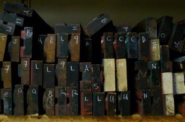 Caractères de bois vus de côté (Hamilton Wood Type and Printing Museum)