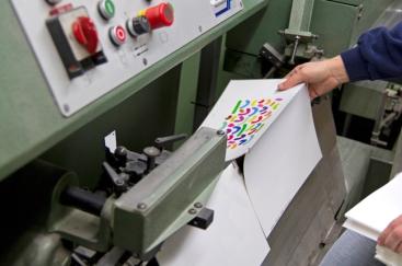Disposition des cahiers sur la couseuse semi-automatique
