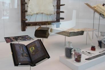 Exposition Caractères-livres-réseaux: du cunéiforme au code binaire