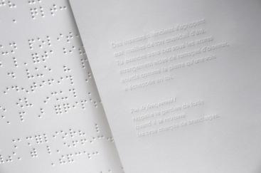 Braille en relief et typographie en creux