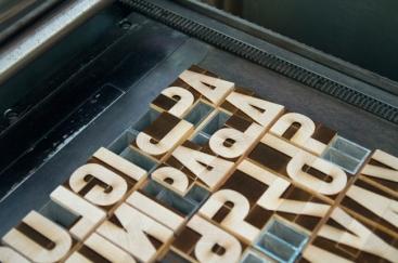 Police modulaire en bois sur la presse typographique