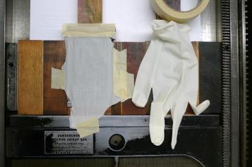 Protection du pavé de plomb avec un gant de latex découpé