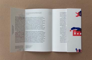 Texte imprimé en 2e et 3e de couverture, partiellement caché par les rabats