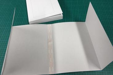 Jaquette fixée de façon manuelle au dos des 12 exemplaires