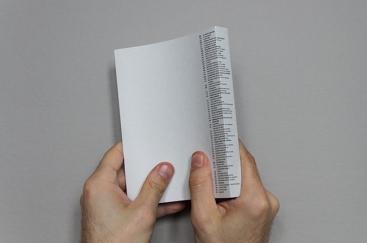 Sommaire qui chevauche l'arrière et le dos du livre